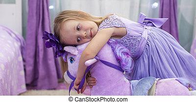 peu, cheval jouet, maison, girl, adorable, jouer