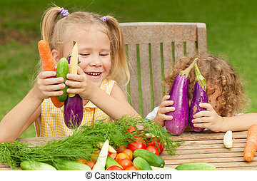 peu, concept, sain, légumes, deux, nourriture., gosses, heureux