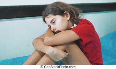 peu, concept, style de vie, déprimé, éprouver, conjugal, lit, triste, souffrance, violence., girl, assied, enfants, emotions.