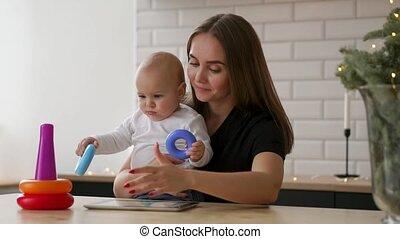 peu, concept, tablette, maternité, famille, -, jeune, ordinateur pc, mère, bébé, maison, sourire, technologie, heureux