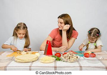 peu, coupure, fille, aide, elle, regarder, satisfait, produits, mère,  table, cuisine