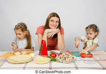 peu, coupure, filles, deux, cuisine, produits, maman, fin, rêveur,  concentration, assied,  table, vue