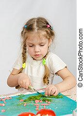 peu, coupure, vieux,  six, attentivement, vert, année,  table,  girl, essayer, couteau, cuisine