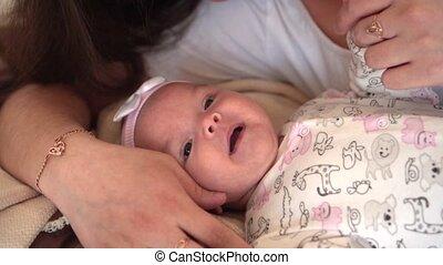 peu, daughter., elle, famille, touchers, lit, maman, pourparlers, sourire, regarde, où