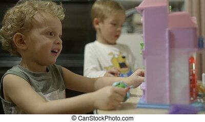 peu, deux garçons, jouets, maison, jouer