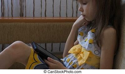 peu, divan, girl, livre, lecture, électronique