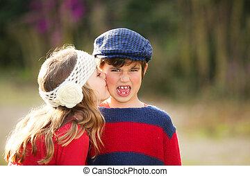 peu, donner, boy., jeune, embarrassé, baiser, girl