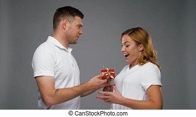 peu, donner, homme, rouges, heureux, présent, femme