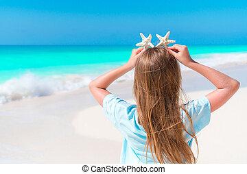 peu, dos, amusant, plage blanche, girl, sablonneux, vue