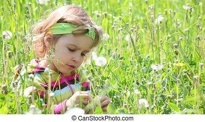peu, droit, séance, regarder, champ, vert, girl, herbe