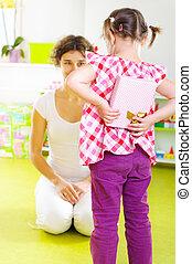 peu, elle, cadeau, présentation, mère, girl