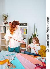 peu, elle, concevoir, découpage, ruban, mère, girl, vêtements rouges