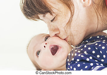 peu, elle, enfant, nouveau né, mère, baisers, caucasien, heureux
