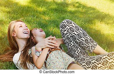peu, elle, jour ensoleillé, mère, amusement, girl, herbe, avoir, heureux