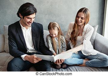 peu, elle, lit, livre, parents, girl, heureux