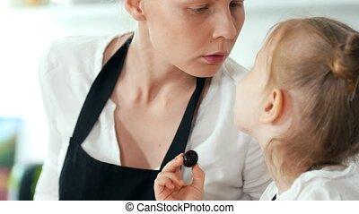 peu, elle, mère, dépenser, cuisine, gai, temps, pendant, girl, petit déjeuner, cuisine