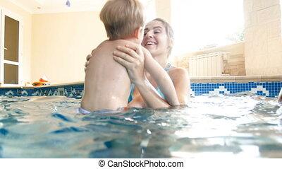 peu, elle, maison, jeune, fils, tourner, vidéo, 4k, tenue, mère, msiling, piscine, natation