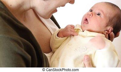 peu, elle, maman, dorlotez fille, parle