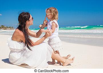 peu, elle, mexique, plage, jeune, avoir, girl, mère, amusement, blanc, adorable, tulum, sablonneux