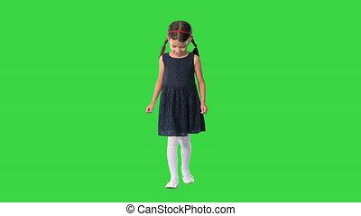 peu, elle, pieds, écran, marche, sourire, mignon, nattes, vert, bas, chroma, noir, appareil photo, girl, robe, alors, regarder, key.