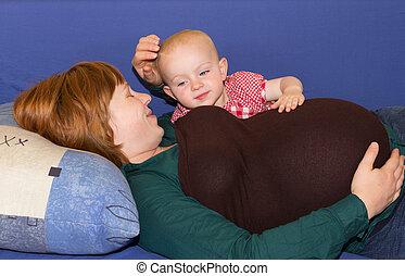 peu, elle, pregnant, mère, dorlotez fille