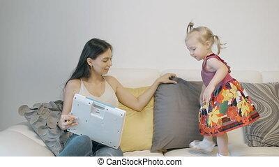 peu, elle, séance, venir, sofa., blonds, mère, girl