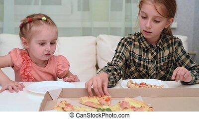 peu, elle, soeur, donner, plus jeune, vidéo, girl, morceau, pizza