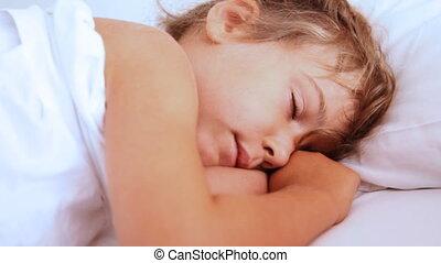 peu, elle, yeux, openes, éveillé, girl, oreiller