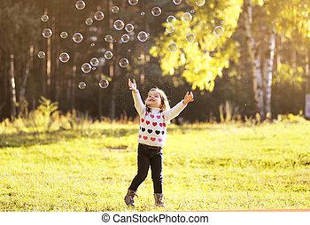 peu, ensoleillé, avoir, automne, enfant, amusement, bulles, savon, jour