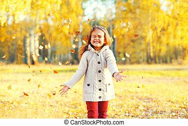 peu, ensoleillé, jaune, avoir, automne, pousse feuilles, enfant, amusement, girl, jouer, jour, heureux