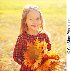 peu, ensoleillé, jaune, avoir, automne, rire, pousse feuilles, enfant, amusement, portrait, girl, jour, érable