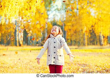 peu, ensoleillé, jaune, jouer, automne, pousse feuilles, enfant, amusement, girl, avoir, jour, heureux