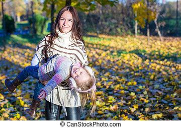 peu, ensoleillé, parc, jeune, automne, mère, girl, adorable, jour