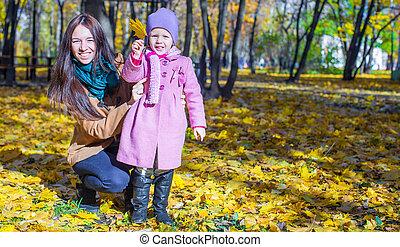 peu, ensoleillé, parc, jeune, jaune, automne, chaud, mère, girl, jour