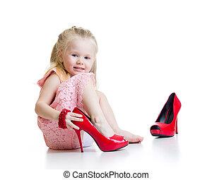 peu, essayer, momie, chaussures, girl