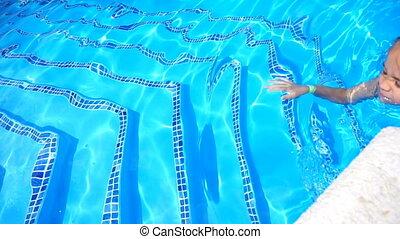 peu, extérieur, avoir, joli, amusement, girl, piscine, natation