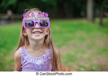peu, extérieur, fille anniversaire, heureux, adorable, sourire, lunettes