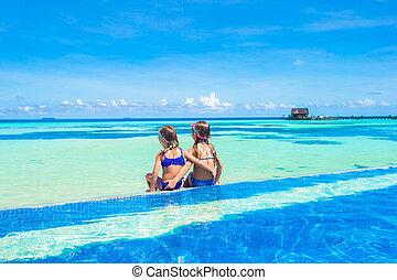 peu, extérieur, filles, adorable, piscine, natation