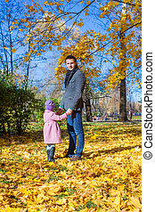 peu, extérieur, père, parc, automne, girl, adorable, heureux