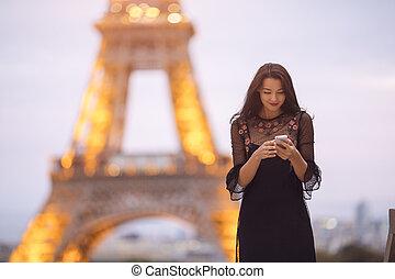 peu, femme, image., voyage, eiffel, paris., soir, utilisation, tour, carrousel, smartphone, bruyant