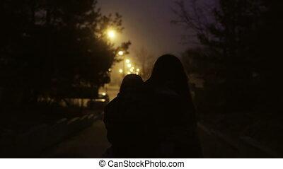 peu, femme, road., elle, mère, immigrates, tient, boy., dos, marche, fils, unique, nuit, main, vue