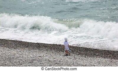 peu, fille, couple, mariés, marche, leur, plage caillou