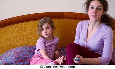 peu, fille, elle, asseoir, tv, montre, lit, mère