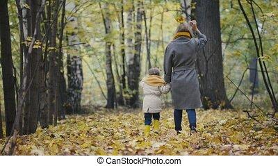 peu, fille, elle, -, maman, mère, parc, marche, automne, avoir, enfant, amusement, girl, jouer