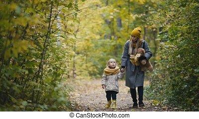 peu, fille, elle, maman, -, teddy, parc, marche, ours, automne, enfant, girl, mère