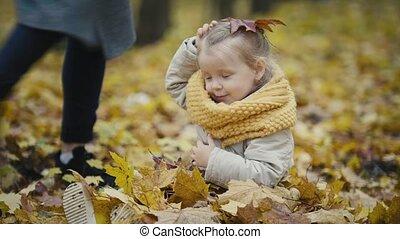 peu, fille, elle, -, parc, feuilles, automne, mère, dorlotez fille, jouer, rire, jeter
