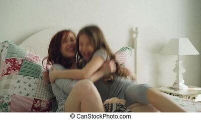 peu, fille, elle, séance, emabracing, jeune, lit, gai, clair, mère, chambre à coucher, maison, heureux