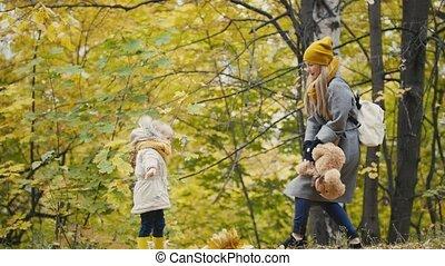 peu, fille, elle, teddy, -, parc, marche, ours, automne, mère, girl, jouer