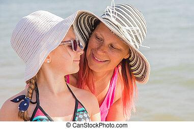 peu, fille, ensoleillé, ensemble, rire, mère, portrait, sourire, plage, heureux