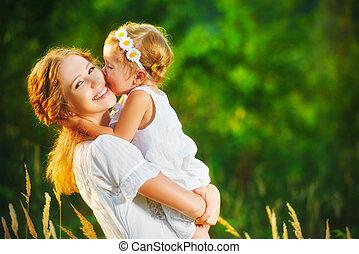 peu, fille, famille, mère, étreindre, enfant, bébé, baisers, girl, summer., heureux